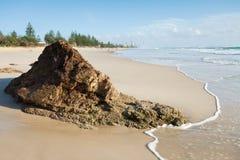 Australischer Meerblick mit großem Felsen Stockfotos