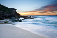Australischer Strand an der Dämmerung Stockbilder