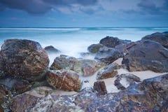 Australischer Strand an der Dämmerung Lizenzfreie Stockfotografie