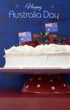 Australischer traditioneller Nachtisch, Pavlova mit Beispieltext Lizenzfreies Stockbild