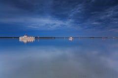 Australischer Vorort vor Wasser nachts Stockbilder