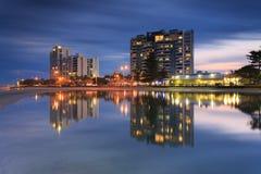 Australischer Vorort vor Wasser nachts Lizenzfreies Stockfoto