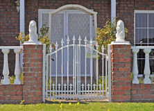 Australisches Familienhaus, vorderer Zaun Stockfoto