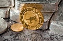 Australisches Goldmünze-Nugget vor Silberbarren Lizenzfreies Stockbild