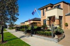 Australisches Haus, Eukalyptus und australische Markierungsfahne Stockfoto