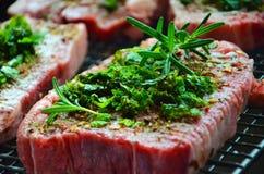Australisches Rindfleischsteak würzte mit Rosmarin und Minze Stockbilder