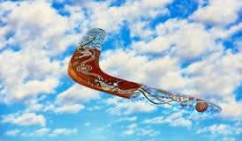 Australisk bumerang i flykten mot av blå himmel och ren whit Arkivfoto