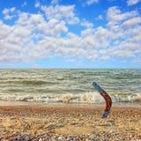 Australisk bumerang på den sandiga stranden mot av havsbränning och clou Arkivbilder