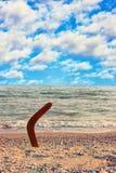 Australisk bumerang på den tropiska sundy stranden Arkivfoto