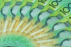 Australisk dollar, Australien pengar 100 dollar sedelbunt på vit bakgrund Fotografering för Bildbyråer