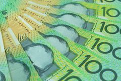 Australisk dollar, Australien pengar 100 dollar sedelbunt på vit bakgrund Arkivbilder