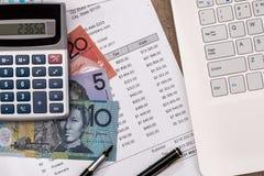 Australisk dollar med grafen, budget- bärbar dator för hem arkivfoto
