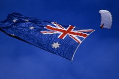Australisk flagga och fallskärmshoppare Royaltyfri Foto