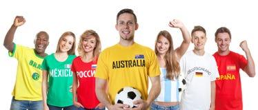 Australisk fotbollsupporter med fans från andra länder arkivbilder
