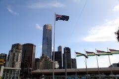 Australisk nationsflagga på Melbourne federationfyrkant Arkivfoto