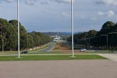 Australisk parlament som beskådas från krigminnesmärken i Canberra arkivbilder