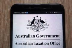 Australisk regering - den australiska skattkontorslogoen visade på en modern smartphone arkivbilder