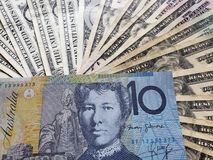 australisk sedel av tio dollar och bakgrund med amerikanska dollarräkningar