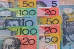 Australiska dollar i rader som används som bakgrund arkivfoto