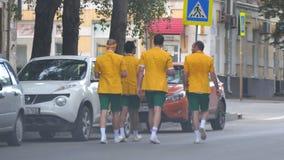 Australiska fotbollsfan på gatorna av samaraen stock video