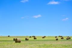 Australiskt lantligt fältlandskap med höstackar Royaltyfri Fotografi