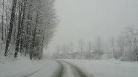 australites Οδηγώντας πυροβολισμός, άποψη οδηγών Οδήγηση μήκους σε πόδηα στο δρόμο κατά τη διάρκεια χιονοπτώσεων φιλμ μικρού μήκους