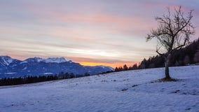 Austria - la puesta del sol Nevado en Ludmansdorf, Kathreinkogel, Schiefling es considera fotos de archivo