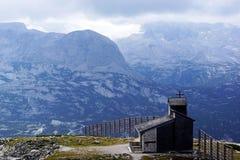 Austria lodowiec Pasternce wysoki w górach i małym osamotnionym kościół Zdjęcia Stock