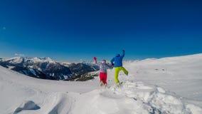 Austria, Mölltaler - Gletscher, para bawić się w śniegu zdjęcie stock