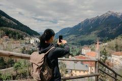 austria Mán Gastein El viajero de la muchacha con un teléfono móvil y una mochila Imagen de archivo libre de regalías