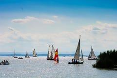 15 8 2009, Austria, Neusiedler vede, molte piccole barche su un lago Fotografie Stock