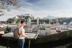 Austria Salzburg Dziewczyna turysta na obserwacja pokładzie Fotografia Royalty Free
