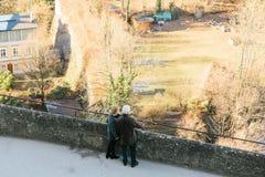 Austria, Salzburg, el 1 de enero de 2017: Los turistas en un punto álgido miran la ciudad Viaje, vacaciones, turismo, atracciones Foto de archivo