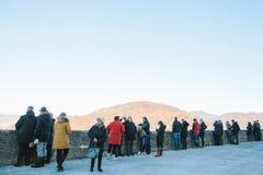 Austria, Salzburg, el 1 de enero de 2017: Turistas en el punto de vista que pasa por alto la montaña Viaje, vacaciones, turismo Imagen de archivo libre de regalías