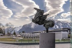 Austria Salzburg, hangar 7, estropea 2019 - monumento delante del museo rojo del toro imagenes de archivo