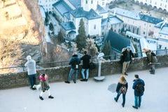 Austria, Salzburg, Styczeń 01, 2017: Turyści na wysokiego punktu spojrzeniu przy miastem Podróż, wakacje, turystyka, przyciągania Zdjęcie Stock