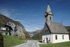 Austria Salzkammergut, kościół w zboczu góry/Trochę Zdjęcia Royalty Free