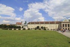 Austria, Viena, el 23 de julio - estatua ecuestre de príncipe Eugene de la col rizada, Heldenplatz - vista del palacio histórico Fotos de archivo