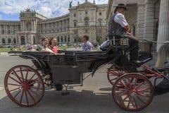 Austria, Wiedeń, Lipiec 23 - widok historyczny pałac, Equestrian statua książe Eugene Savoy, Heldenplatz i turyści, przechodzimy Zdjęcie Stock