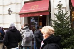 Austria Wiedeń, Luty, - 18, 2014: Wejście Hotelowa Sacher kawiarnia zdjęcie royalty free