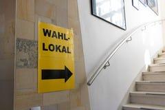 Austria znak dla wyborów na mieści ścianę, Wahllokal zdjęcie stock