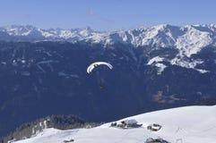 Austriaccy alps: paragliding miasto zdjęcia stock