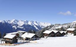 Austriaccy alps: Rottmann-Alm górska wioska w zima sporcie zdjęcie stock