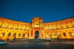 Austriacka Krajowa biblioteka i Hofburg Kongresowy centrum na Heldenplatz w wieczór zdjęcia royalty free