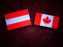 Austriak flaga z kanadyjczyk flaga na drzewnym fiszorku odizolowywającym zdjęcia royalty free
