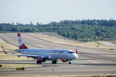 Austrian Airlines, Embraer ERJ - táxi 195 imagens de stock royalty free