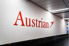Austrian Airlines logo på Wien Schwechat Airtport terminal 1 royaltyfri fotografi