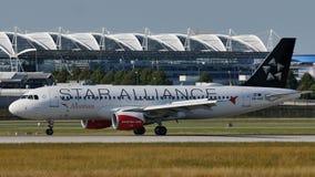 Austrian Airlines, Star Alliance que faz o táxi no aeroporto de Munich, MUC fotografia de stock