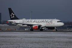 Austrian Airlines, Star Alliance que faz o táxi no aeroporto de Munich, MUC, neve fotografia de stock