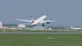 Austrian Airlines voyagent en jet le décollage de l'aéroport de Vienne, LUTTENT, sur la piste banque de vidéos